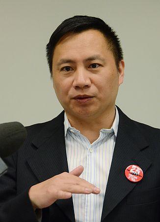 2日、米ワシントンの議会内で記者会見する王丹氏